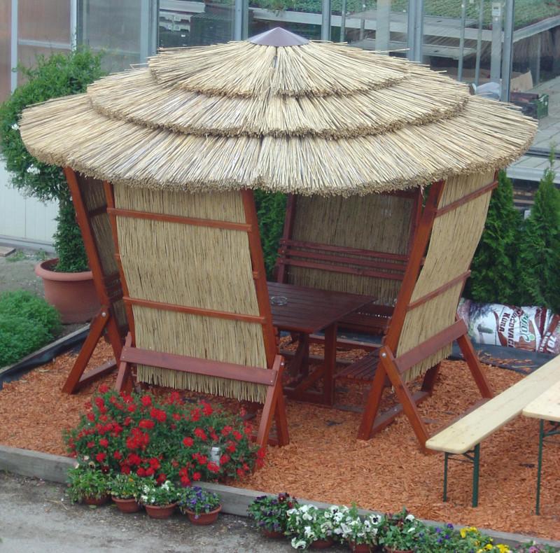 Zahradní altán s rákosovou střechou